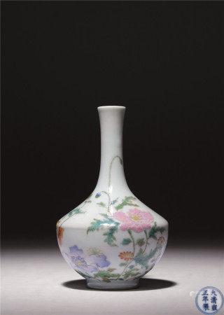 清雍正 洋彩牡丹紋細頸瓶