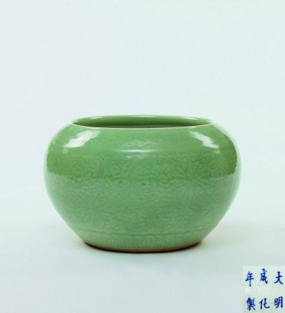 清初 青瓷刻花大罐