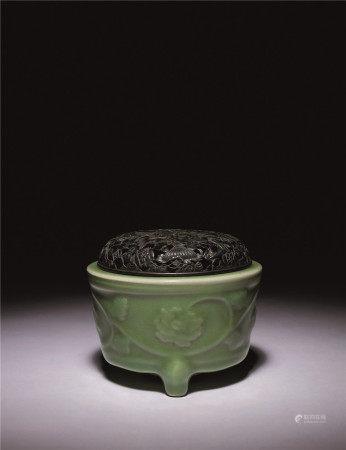 宋-元 青瓷浮雕牡丹花香爐