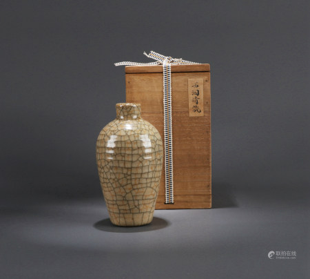 A CHINESE GE TYPE VASE,  QING DYNASTY OR EARLIER