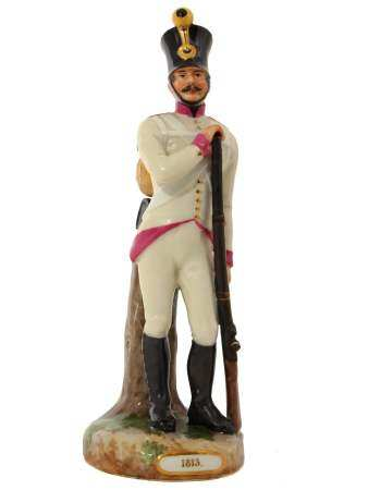 A ROYAL VIENNA PORCELAIN FIGURINE OF A SOLDIER