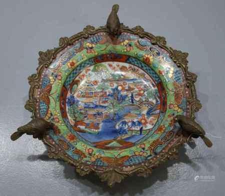 IMARI-TELLER MIT BRONZEMONTUR / ANBIETSCHALE, 18./ 19. Jh. / Imari plate with bronze, Porzellan (