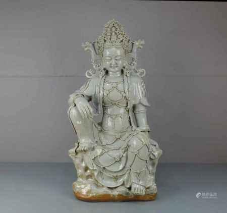 GUAN YIN, Keramik, weiß glasiert in der Anmutung von Blanc de chine, wohl späte Qing Dynastie. In