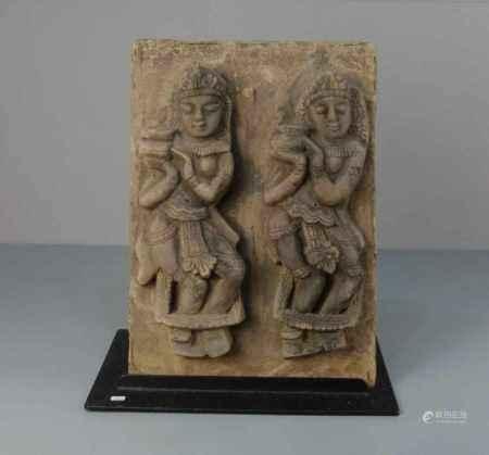 """SKULPTUR / RELIEF: """"Tempeltänzerinnen"""", Sandstein, Thailand, um 1900. Paar Tempeltänzerinnen in"""
