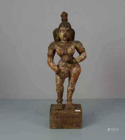 """SKULPTUR: """"Weiblicher Akt"""", Holz geschnitzt, partiell dunkelbraun gefasst, wohl Südost-Asien."""