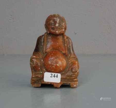 """GLÜCKS-BUDDHA: """"Maitreya Buddha"""", Stein in der Anmutung von rotem Jaspis. Lachender Buddha mit"""