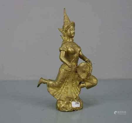 TEMPEL-SKULPTUR MIT INSTRUMENT / sculpture, goldbronziert, wohl Thailand 20. Jh. Vollplastische