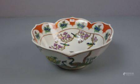 CHINESISCHE SCHALE / bowl, Porzellan, unter dem Stand aufglasurrot gemarkt mit Vasenmotiv, flankiert
