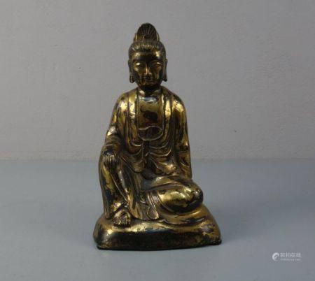 BUDDHA, Bronze, hohl gegossen und dunkelbraun patiniert und vergoldet / mit Goldlackfassung.