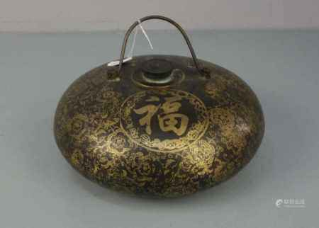 CHINESISCHE WÄRMFLASCHE / hot-water bottle, China, Anfang 20. Jh., Bronze braun patiniert und in
