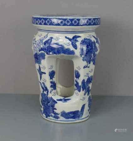 CHINESISCHER HOCKER / stool, Porzellan mit Blaumalerei (ungemarkt), 2. Hälfte 20. Jh.; Rundstand,