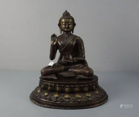 BUDDHA AMOGHASIDDI, Bronze, hellbraun bis goldfarben patiniert, wohl sinotibetisch. Leicht