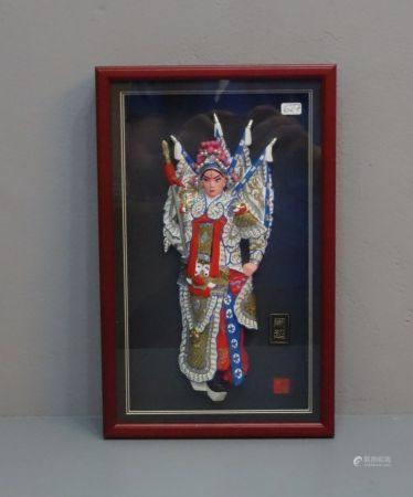 "MATERIALASSEMBLAGE / 3D-Objekt / Reliefbild: ""General Ma Chao"", hinter Glas gerahmt, farbig und"
