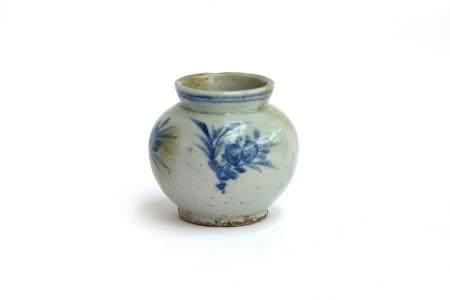 A Korean blue and white Joseon Dynasty vase, 10cm high