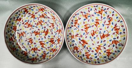粉彩礬紅蝠紋盤一對