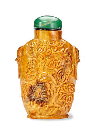 A FINELY CARVED ROOT AMBER SNUFF BOTTLE       1750-1830