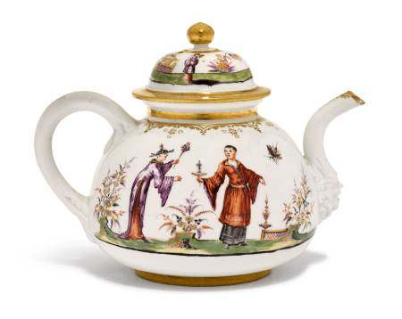"""TEA POT WITH """"HAUSMALER"""" CHINOISERIE DECORATION  - Meissen, ca. 1723-24.  - After a [...]"""