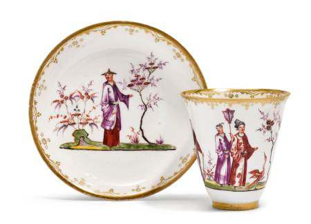 """CUP AND SAUCER WITH """"HAUSMALER"""" CHINOISERIE DECORATION  - Meissen, ca. 1720-24.  - [...]"""
