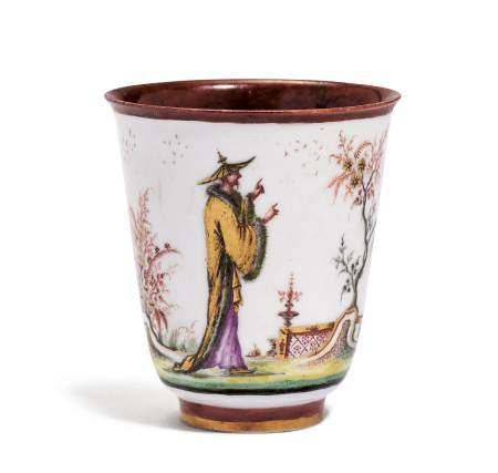 """BEAKER WITH """"HAUSMALER"""" CHINOISERIE DECORATION  - Meissen, ca. 1722-25.  - The [...]"""