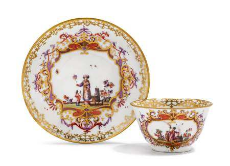 TEA BOWL AND SAUCER WITH CHINOISERIE DECORATION  - Meissen, ca. 1725-30.  - [...]