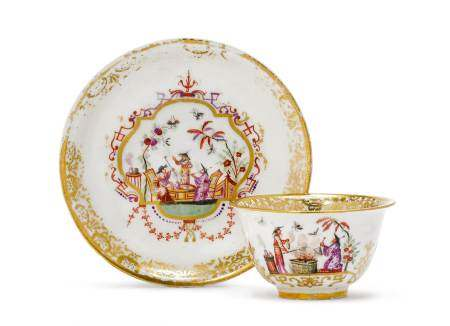 """TEA BOWL AND SAUCER WITH """"HAUSMALER"""" DECORATION  - Meissen, ca. 1720. Paintwork by [...]"""