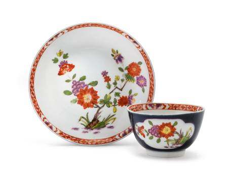 TEA BOWL AND SAUCER WITH A COBALT-BLUE GROUND AND KAKIEMON DECORATION  - Meissen, ca. [...]