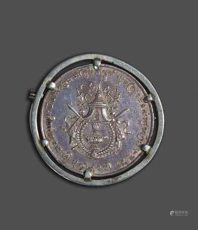 1905. Médaille en argent de S.M Sisowath Roi du Cambodge reconnaissant à sa mère [...]