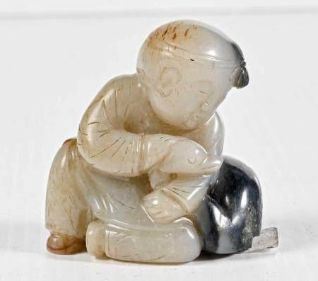 CHINE Petit sujet en jade sculpté représentant un enfant caressant un cygne  XXème siècle 6.0 x