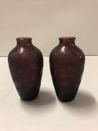 CHINE Deux petits vases en verre à décor gravé d'oiseaux et fruits XXème siècle Marque apocryph
