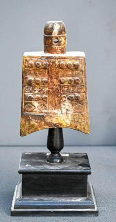 CHINE Cloche de temple en néphrite céladon et brun sculptée à décor de clous et motifs archaïsa