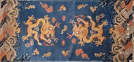 CHINE Tapis en laine à décor de dragons dans des nuées se disputant la perle sacrée, chauves-so