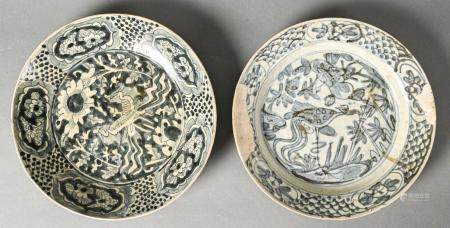 CHINE Ensemble de deux assiettes en porcelaine à fond blanc décorée en bleu, figurant un phoeni