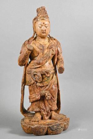 CHINE Statuette de Guanyin debout les mains levées reposant sur un socle en forme de lotus Styl