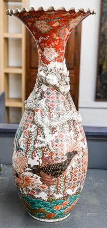 CHINE Grand vase corolle en porcelaine polychrome à décor d'enfants dans des réserves et dragon