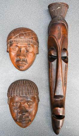 Ensemble de trois masques en bois sculpté Travail d'Afrique noire  H. 17 et 46 cm