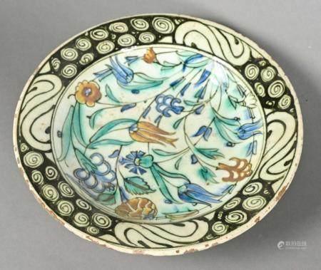 IZNIK Turquie  Plat creux en céramique à décor floral  Restaurations