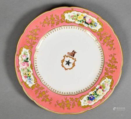 Assiette en porcelaine de Copeland à décor polychrome au centre des armes des baronnets Assheto