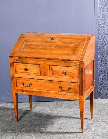 Bureau de pente en bois naturel ouvrant par un abattant et deux tiroirs dans le bas, montants c