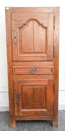 Homme debout en chêne à deux portes et un tiroir moulurés Fin du XIXe siècle  Manque la cornich