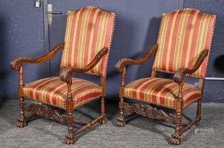Paire de fauteuils à haut dossier en noyer sculpté, accotoirs à enroulements et feuilles d'acan