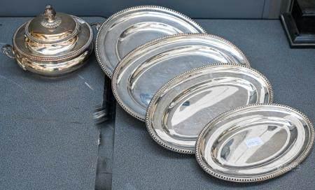 Ensemble de quatre plats et un légumier en métal argenté à décor de perles  L. de 30 cm à 37 cm