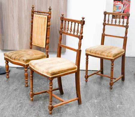 Trois chaises légères en bois tourné  Dans l'état