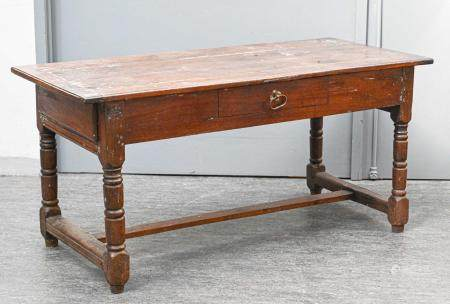 Table de ferme en bois naturel à un tiroir en ceinture, pieds tournés à entretoise en H  Travai