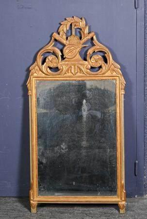 Glace en bois doré à fronton orné de carquois et fleurettes stylisées  Style Louis XVI, fin du