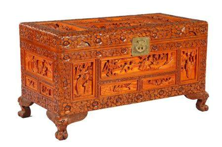 Richly decorated Oriental chest with decor of many figures in landscape, 50 cm high, 91 cm wide,