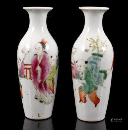 2 porcelain vases with decor of figures, China ca.1720, 15 cm high