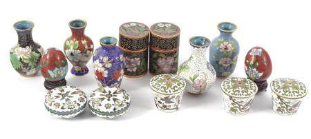 5 Oriental cloisonne vases 7.5 cm high, 2 eggs on wooden pedestals, 2 lid pots 6.5 cm high, 3 lid