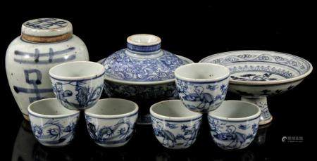Lot with 9 Oriental porcelain objects with blue decor, including a lid jar of 12 cm high