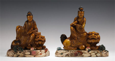 A PAIR OF CHINESE TIANHUANG CARVED GUANYIN ON BEAST TABLE ITEM