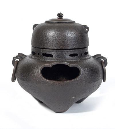 Réchaud à thé en fer (furogama) se composant d'un four ( furo) et une bouilloire [...]